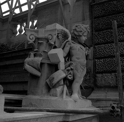 Groupe sculpté, corniches du Pavillon Sully, aile sud Henri II : Le Génie de la pierre