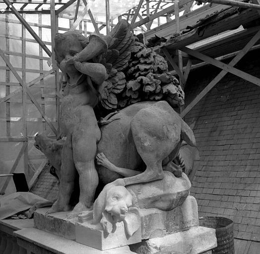 Groupe sculpté, corniches du Pavillon Sully, aile sud Henri II : La Chasse