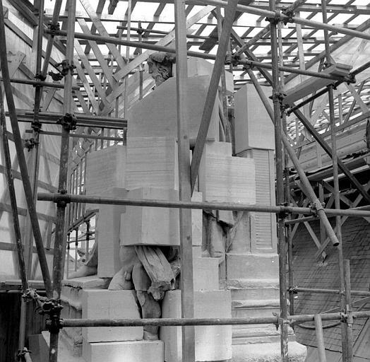 Groupe sculpté, corniches du Pavillon Sully, aile sud Henri II : L'art grec, couronne d'angle