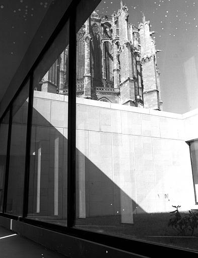 Intérieur, avec vues sur le chevet de la Cathédrale