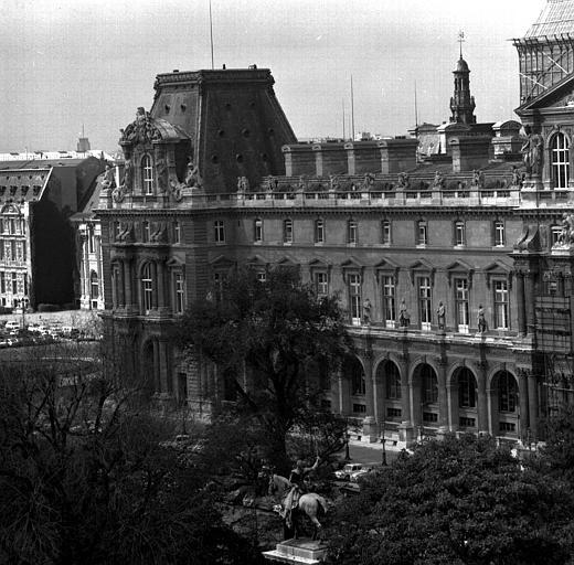 Aile nord : façade sud du Pavillon Turgot, au 1e plan le monument de Lafayette