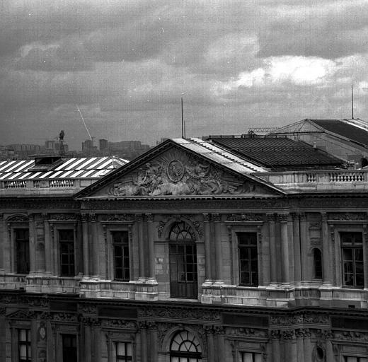 Aile est de la Cour carrée, fronton de Guillaume Coustou