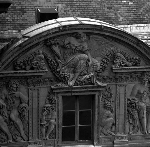 Aile ouest de la Cour carrée, fenêtre à fronton de l'attique