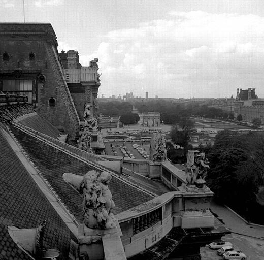 Vue panoramique prise des toits du Louvre, Place du Carrousel, Arc de Triomphe du Carrousel, L'Arc de Triomphe de L'Etoile, La Défense