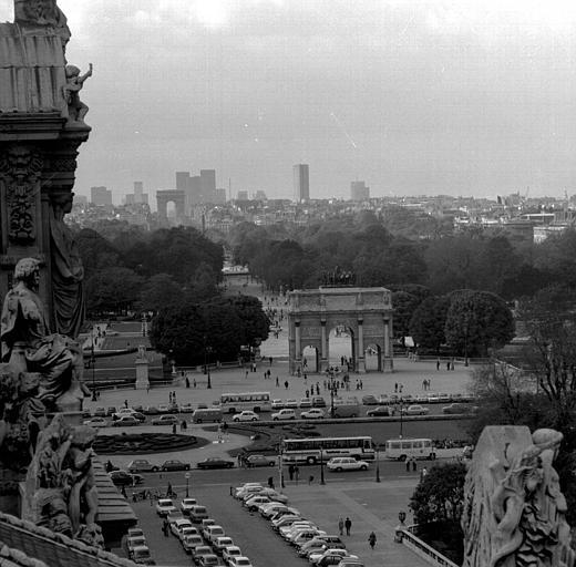 Vue panoramique prise des toits du Louvre : Place du Carrousel, Arc de Triomphe du Carrousel, L'Arc de Triomphe de L'Etoile, La Défense