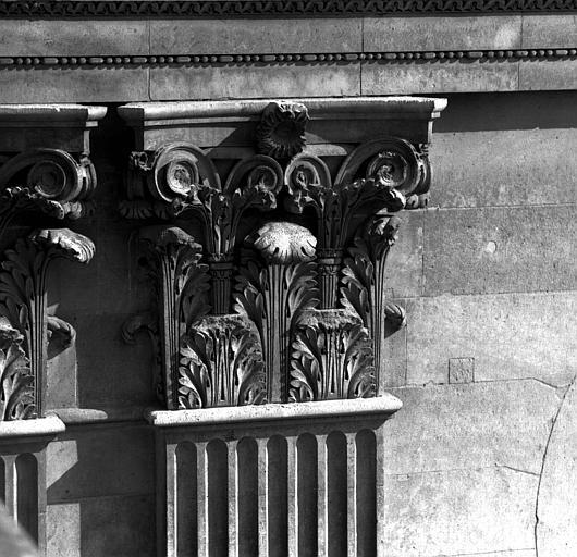 Aile sud de la Cour carrée, côté nord : chapiteau de pilastre