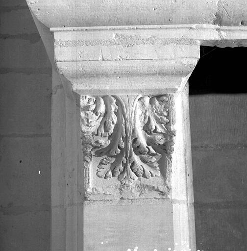 Deuxième étage, Salle Marion Soustes : console du pied-droit gauche de la cheminée (ensemble)
