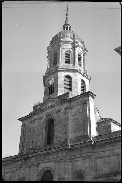 Le clocher au-dessus de la façade ouest