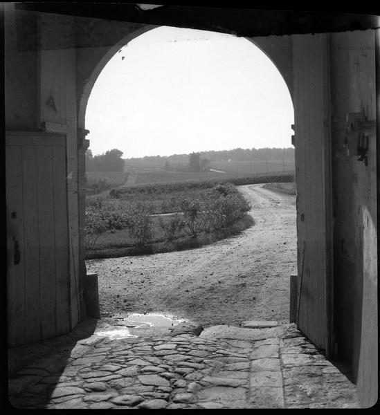 Porche ouvert sur le domaine viticole