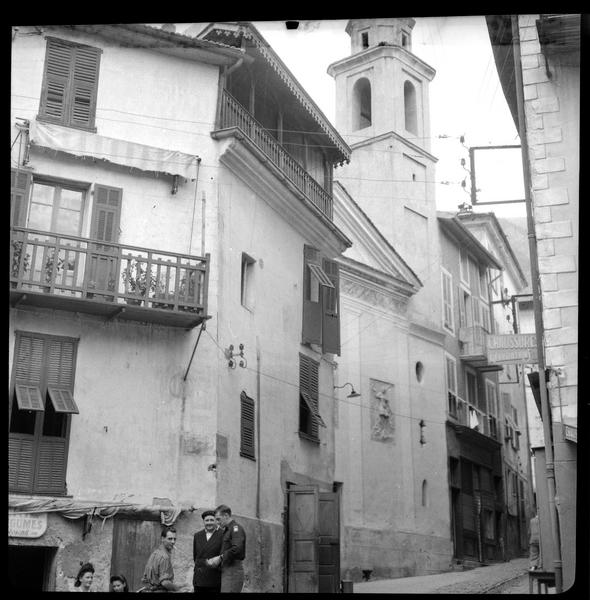 Façade de la chapelle depuis la rue, scène de rue