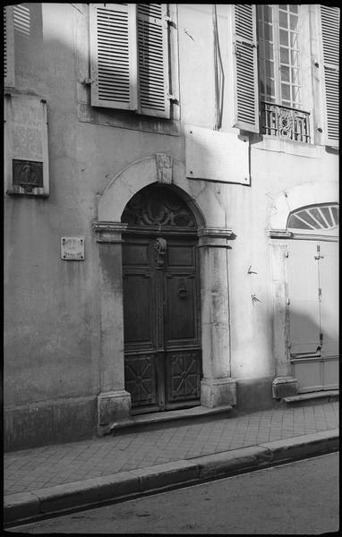 Porte d'entrée sur la rue; ancien greffe de paix du canton sud