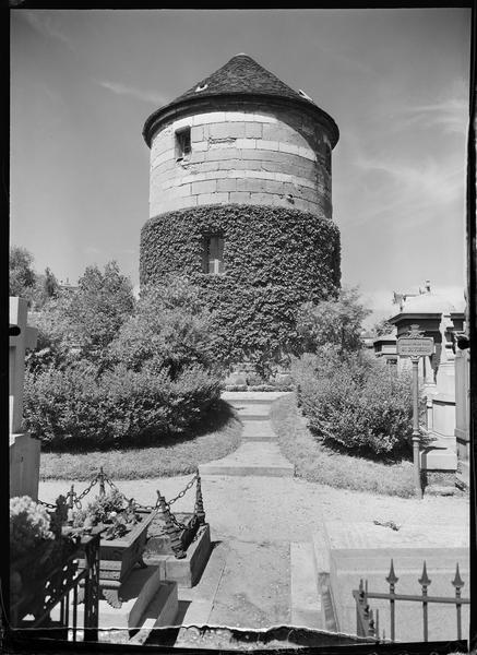 La tour recouverte de lierre dominant les tombes