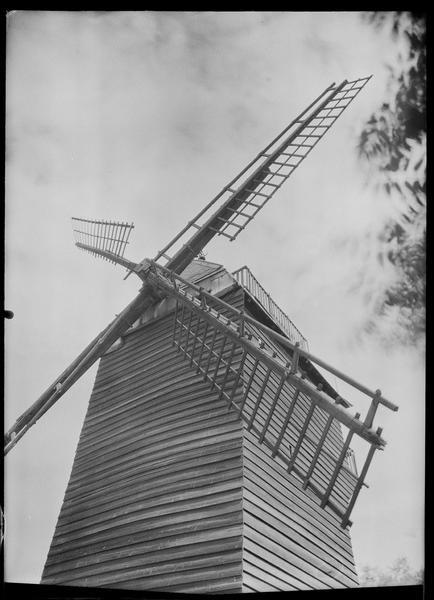 Vue en contre-plongée du moulin (détail)
