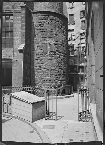 Au pied de la Tour de Philippe-Auguste