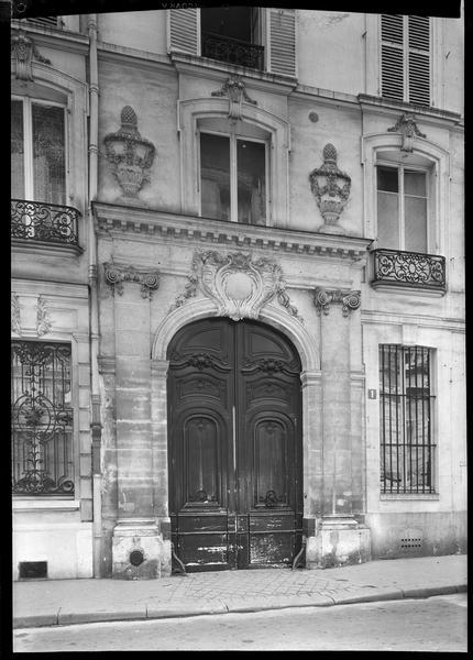 Façade et portail sur rue