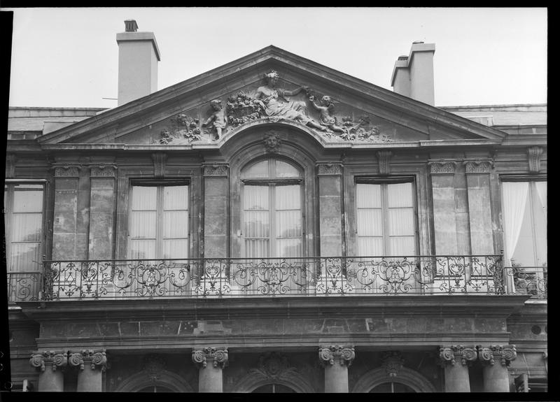 Balcon du premier étage et fronton de la façade sur jardin