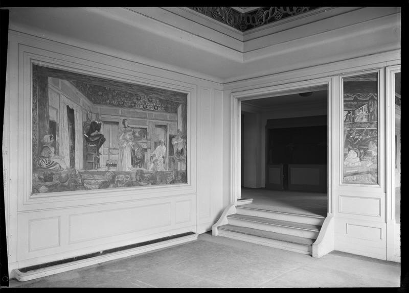 Couloir distribuant les loges décoré avec des tableaux