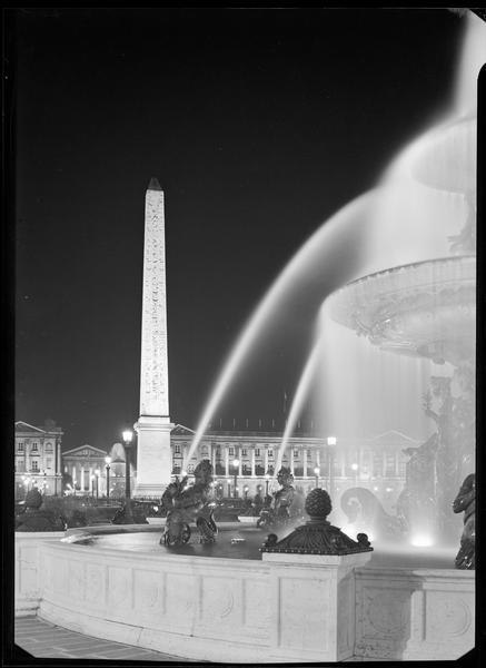 Place de la Concorde en direction de la Madeleine : fontaine, obélisque et hôtels éclairés la nuit