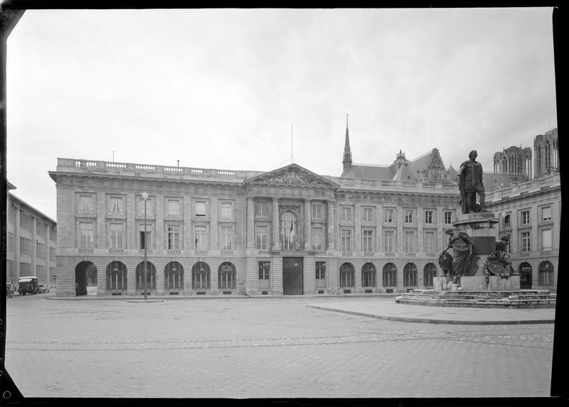Vue d'ensemble de la façade de l'Hôtel de la sous-préfecture donnant sur  la place