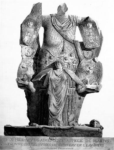 Restauration du château d'eau : Trophée vulgairement appelé de Marius, trouvé sur les ruines du château (lithographie d'après le dessin du 77N00223)