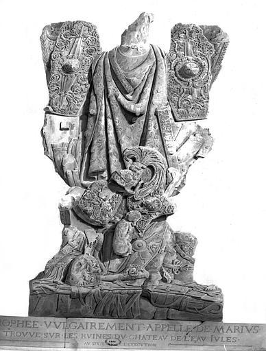 Restauration du château d'eau : Trophée vulgairement appelé de Marius, trouvé sur les ruines du château (dessin au lavis)