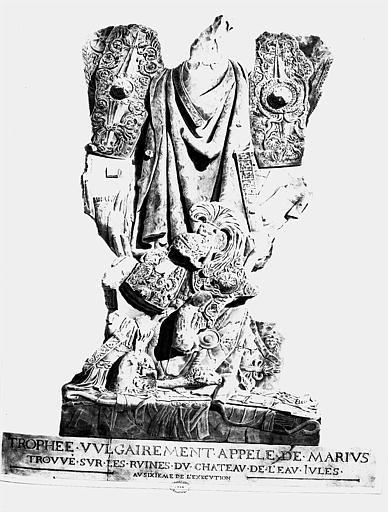 Restauration du château d'eau : Trophée vulgairement appelé de Marius, trouvé sur les ruines du château (lithographie d'après le dessin du 77N00225)