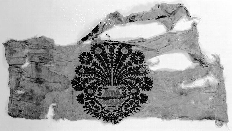 Fragment de soirie d'Italie : Décor d'un vase garni d'un bouquet de fleurs et de plumes de paon