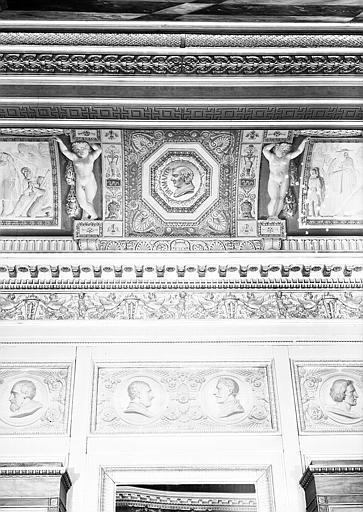 Galerie Charles X, voussure côté sud de la 2e salle (grisailles) : Détail de la partie centrale