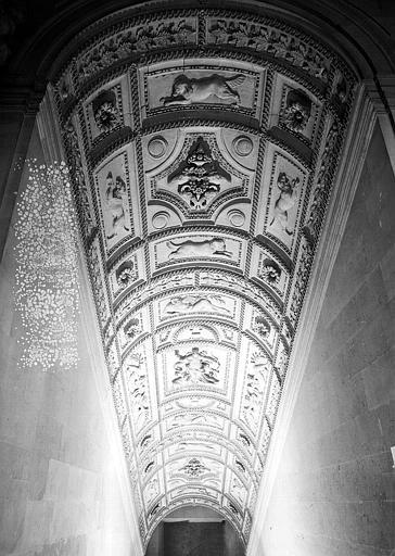 Escalier Henri II, voûte à caissons sculptés de la volée du rez-de-chaussée au 1e étage
