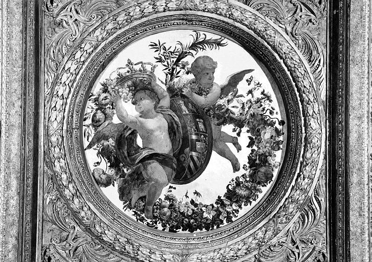 1e salle de la Colonnade, peinture du caisson central côté sud du plafond : Génies portant les armes d'Anne d'Autriche