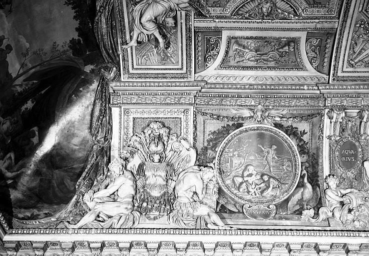 Galerie d'Apollon, stucs et grisaille côté est du plafond : Le Mois de Janvier, le Verseau