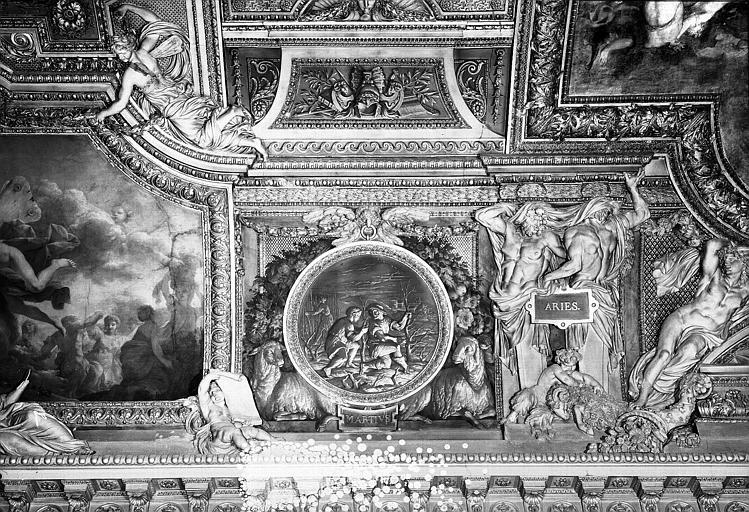 Galerie d'Apollon, stucs et grisaille du plafond côté est : Le Mois de Mars, le Bélier