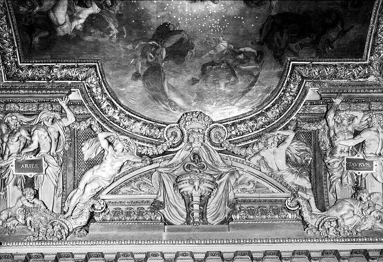 Galerie d'Apollon, stucs du plafond côté est : Le Bélier, le Taureau