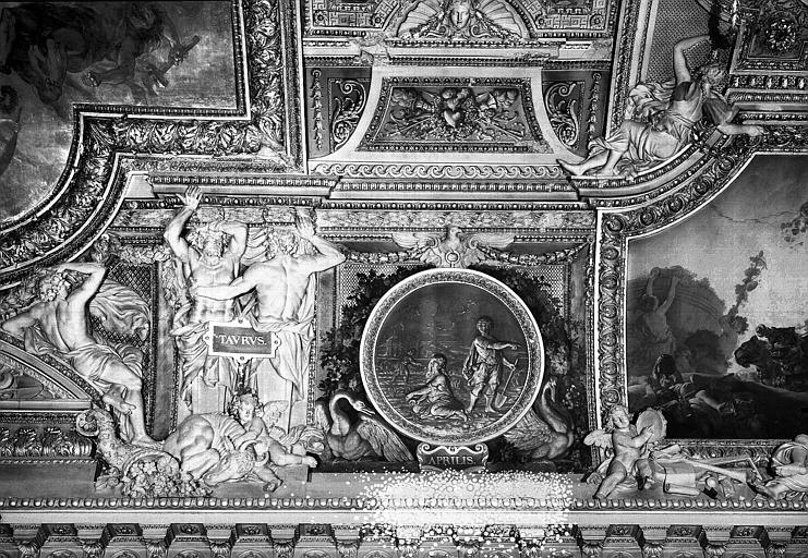 Galerie d'Apollon, stucs et grisaille du plafond côté est : Le Taureau, le mois d'Avril