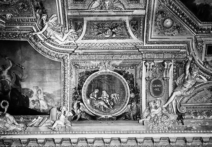 Galerie d'Apollon, stucs et grisailles côté est du plafond : Le mois de Mai, les Gémeaux