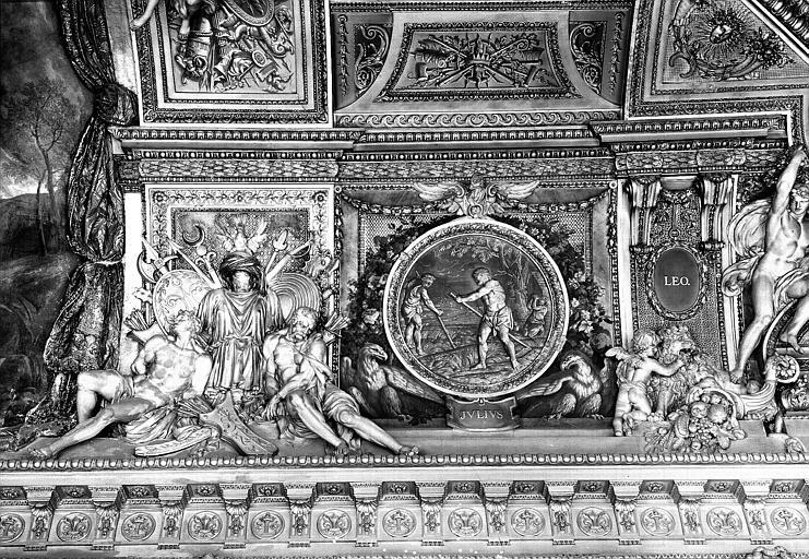 Galerie d'Apollon, stucs et grisaille du plafond côté ouest : Le mois de Juillet, le signe du Lion