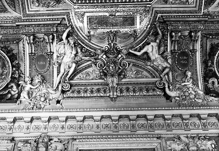 Galerie d'Apollon, stucs du plafond côté ouest : Le Lion, la Vierge