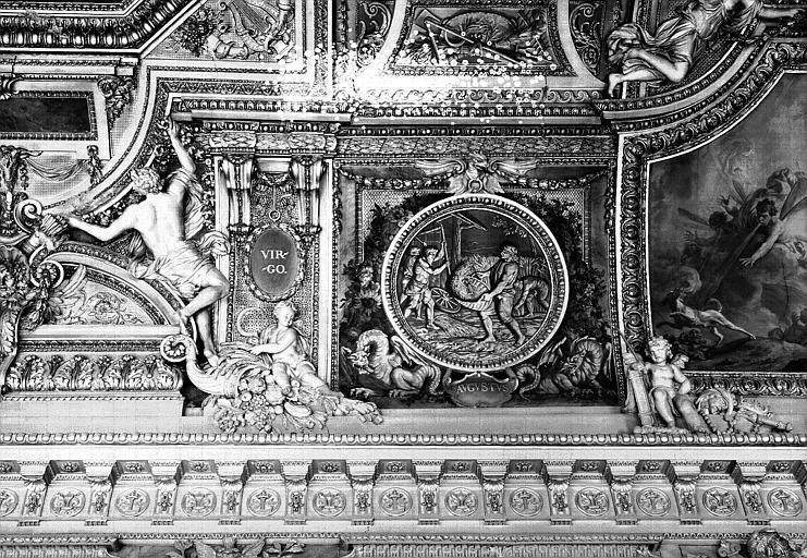 Galerie d'Apollon, stucs et grisaille du côté ouest du plafond : La Vierge, le mois d'Août