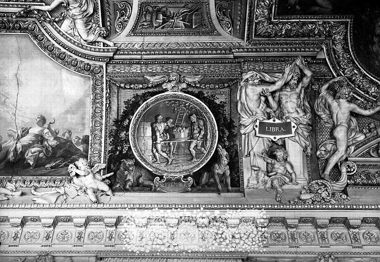Galerie d'Apollon, stucs et grisaille du plafond côté ouest : Le mois de Septembre, la Balance