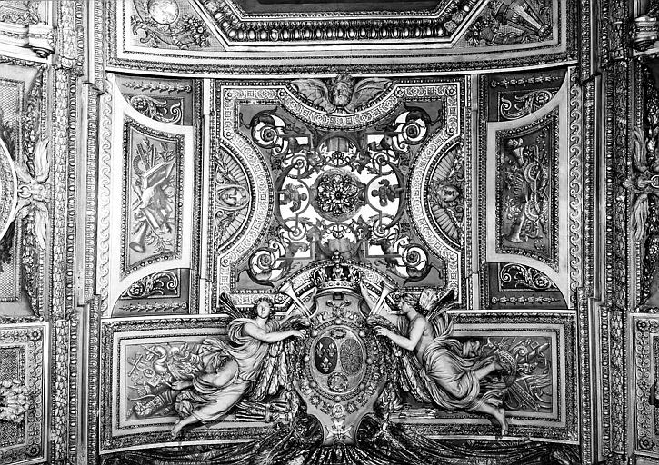 Galerie d'Apollon, stucs et grisaille au centre du plafond : Génies portant les armes de France