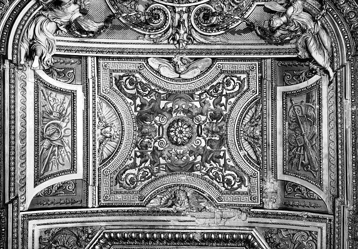 Galerie d'Apollon, stucs et grisaille du plafond (partie centrale) : Peintures décoratives refaites au 19e siècle