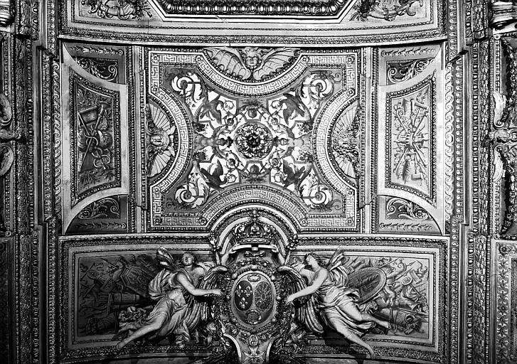 Galerie d'Apollon, stucs et grisailles du plafond (partie centrale) : Génies portant les armes de France et peintures décoratives