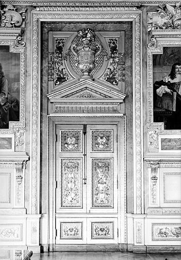 Galerie d'Apollon : Porte de la partie sud-ouest de la galerie (entre les portraits en tapisserie de Le Nostre et Romanelli)