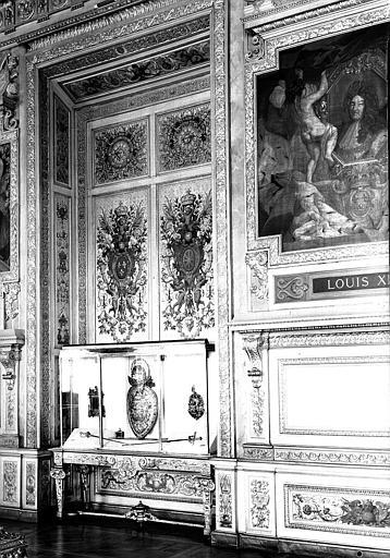 Galerie d'Apollon, panneaux décoratifs en renfoncement du mur ouest : Armes de France et de Navarre (entre les portraits de Louis XIV et d'Henri IV)
