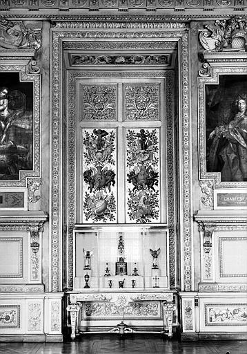 Galerie d'Apollon, panneaux décoratifs en renfoncement du mur ouest : Décor de proue de galère (entre les portraits de Louis XIV et Le Brun)