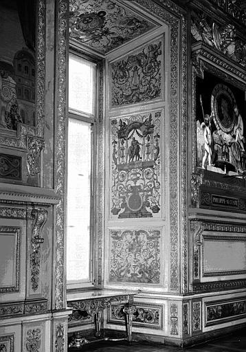 Galerie d'Apollon, panneaux décoratifs des ébrasements de fenêtres (partie centrale de la galerie) : Embrasure de fenêtre côté est (entre Philippe Auguste et François 1er)