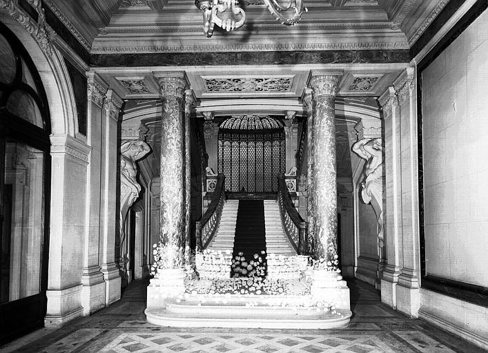 Grand escalier vu du vestibule d'entrée