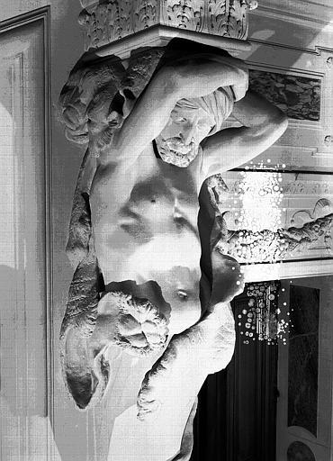 Grand escalier : Cariatide de droite en pierre, détail du buste
