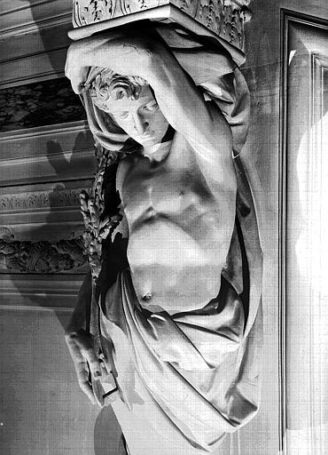 Grand escalier : Cariatide de gauche en pierre, détail du buste