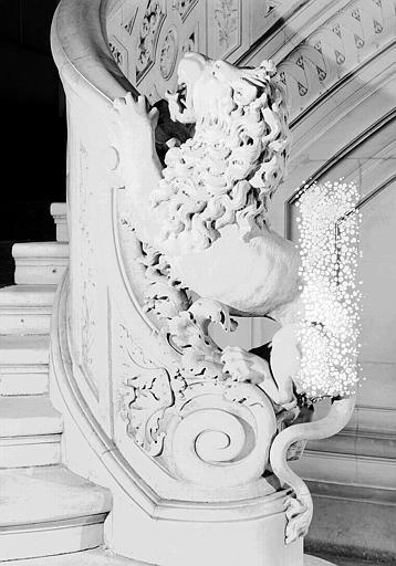Grand escalier : Départ de la rampe ornée d'un lion
